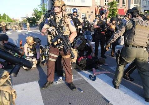 گزارش گاردین درباره کتک کاری خبرنگاران توسط پلیس آمریکا