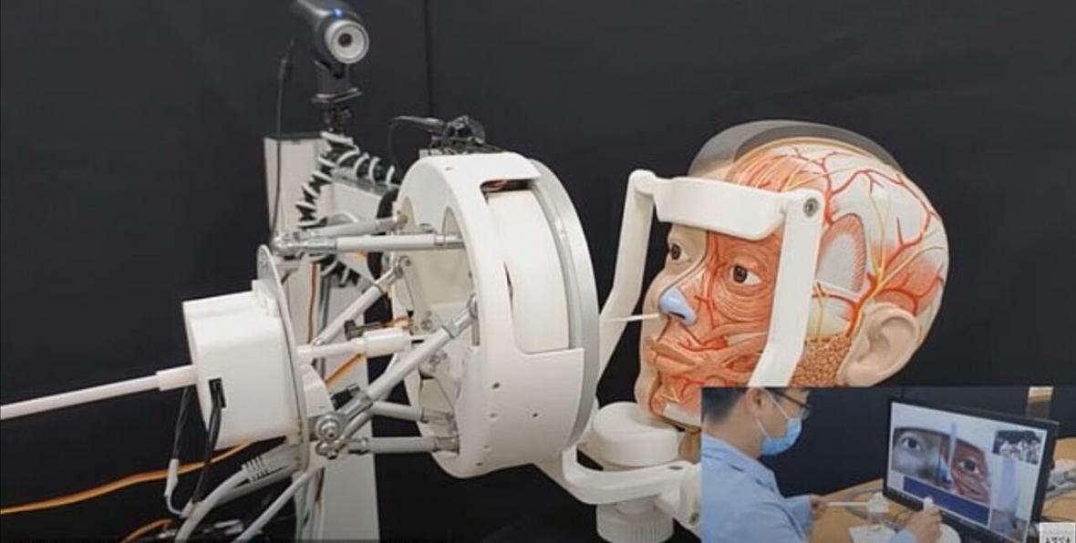 خبرنگاران رباتی که آزمایش تشخیص کرونا انجام می دهد