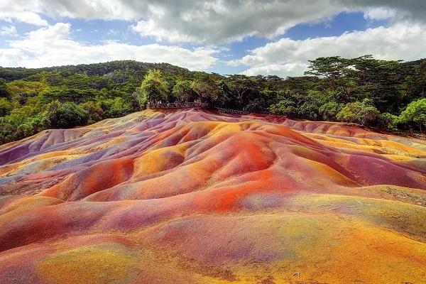عجیب ترین جاذبه های گردشگری، از آتش ابدی و تپه شکلاتی تا زمین 7 رنگ و چشم صحرا (